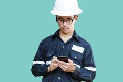 Aziatische mens, Ingenieur of Technicus in witte helm, glazen en bl royalty-vrije stock fotografie
