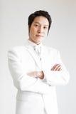 Aziatische mens in kostuum Neem foto in Studio stock afbeelding