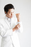 Aziatische mens in kostuum Neem foto in Studio stock foto