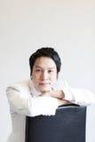 Aziatische mens in kostuum Neem foto in Studio royalty-vrije stock afbeelding