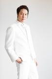Aziatische mens in kostuum Neem foto in Studio stock foto's