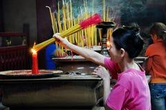 Aziatische mensen die en wierookstokken in een pagode bidden branden Royalty-vrije Stock Afbeelding