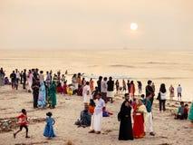 Aziatische mensen die rust op het strand hebben Stock Fotografie