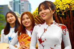 Aziatische mensen Gelukkige Vrouwen die Nationale Traditionele Kleding dragen stock afbeeldingen