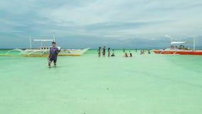 Aziatische mensen met toeristen die pret en rust op de boot in tropische overzees, Filippijnen krijgen 4K TimeLapse - Augustus 20 stock footage