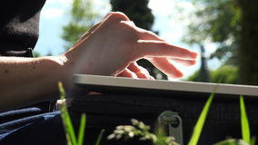 Aziatische mensen` s vingers die op laptop typen stock footage