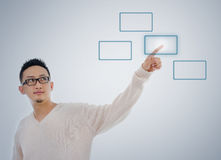 Aziatische mensenvinger wat betreft virtuele transparante het schermknoop Stock Foto's