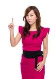 Aziatische middenleeftijdsvrouw met omhoog vinger Stock Afbeeldingen