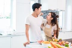 Aziatische Minnaars die fruit en voedsel voeden aan elkaar, Paar en FA royalty-vrije stock fotografie