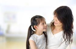 Aziatische moeder en dochter Stock Foto's