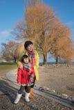 Aziatische moeder en dochter, de stad van Neuchâtel in de Winter, Zwitserland, Europa stock fotografie