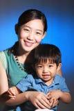 Aziatische moeder en haar zoon Stock Afbeelding