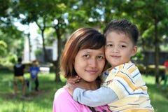 Aziatische moeder en zoon bij tuin Royalty-vrije Stock Foto