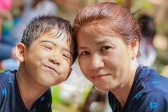 Aziatische moeder en zoon die gelukkig glimlachen royalty-vrije stock afbeelding