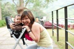 Aziatische moeder met haar meisje van de 7 maand oud baby Stock Afbeelding