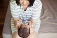 Aziatische moeder met pasgeboren baby in het ziekenhuis Royalty-vrije Stock Afbeeldingen