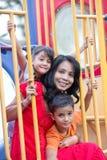 Aziatische moeder met twee jonge kinderen bij speelplaats royalty-vrije stock foto's