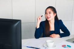 Aziatische mooie bedrijfsvrouw gelukkig met nieuw haar idee royalty-vrije stock foto's
