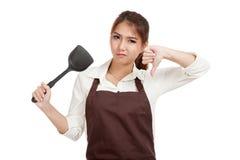 Aziatische mooie meisjes kokende duimen neer met spade van het braden p Stock Fotografie