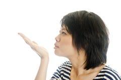 Aziatische mooie vrouw die kussen verzendt Stock Afbeelding