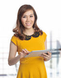 Aziatische mooie vrouw met tablet en glimlach Royalty-vrije Stock Fotografie