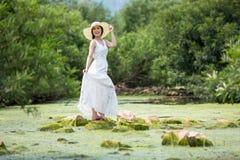 Aziatische mooie vrouwen die witte kleding in het bos op c dragen stock foto
