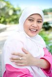 Aziatische Moslimvrouwenlezing openlucht. stock fotografie