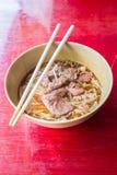 Aziatische noedel met gestoofd varkensvlees in de kom Royalty-vrije Stock Afbeeldingen