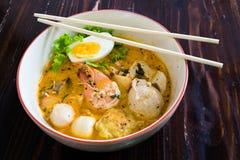 Aziatische noedel met zeevruchten en ei in de tomyumsoep stock foto's