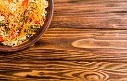 Aziatische noedelssalade in kom stock afbeeldingen