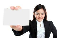 Aziatische onderneemster die een leeg adreskaartje houden royalty-vrije stock foto's