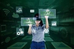 Aziatische onderneemster die met het virtuele scherm werken royalty-vrije illustratie