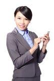 Aziatische onderneemster die slimme telefoon met behulp van stock fotografie
