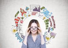 Aziatische onderneemster, glazen, businessplan stock afbeelding