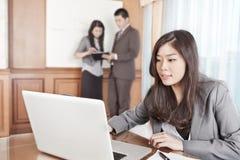 Aziatische onderneemster in het bureau Royalty-vrije Stock Fotografie