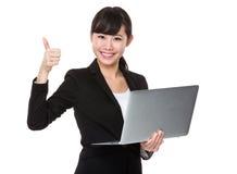 Aziatische Onderneemster met lapotp omhoog computer en duim Stock Foto