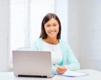 Aziatische onderneemster met laptop en documenten stock fotografie