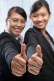 Aziatische onderneemster twee met omhoog duimen Stock Afbeeldingen
