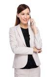 Aziatische onderneemsterbespreking op mobiele telefoon Stock Foto's
