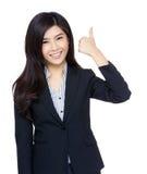 Aziatische onderneemsterduim op gebaar Stock Afbeelding