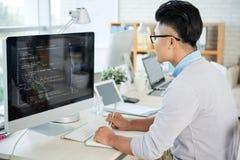 Aziatische ontwerper die in bureau werken stock afbeeldingen