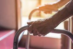 Aziatische oude vrouw die zich met haar handen op een leurdertribune bevinden, Hand o royalty-vrije stock afbeeldingen