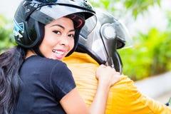 Aziatische paar berijdende motorfiets Stock Afbeeldingen