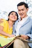 Aziatische paar het kopen bank in meubilairopslag Stock Foto