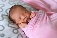 Aziatische pasgeboren babyslaap in roze doek royalty-vrije stock afbeeldingen