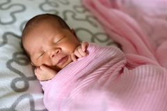 Aziatische pasgeboren babyslaap in roze doek stock afbeeldingen