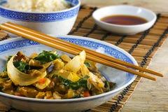 Aziatische plantaardige schotel met eetstokjes op een bamboemat en een rusti royalty-vrije stock foto's