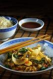 Aziatische plantaardige schotel met eetstokjes op een een bamboemat, rijst en s royalty-vrije stock foto