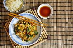 Aziatische plantaardige schotel met eetstokjes, rijst en sojasaus op bedelaars royalty-vrije stock foto