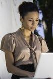 Aziatische professionele vrouw die in openlucht werkt Royalty-vrije Stock Afbeelding